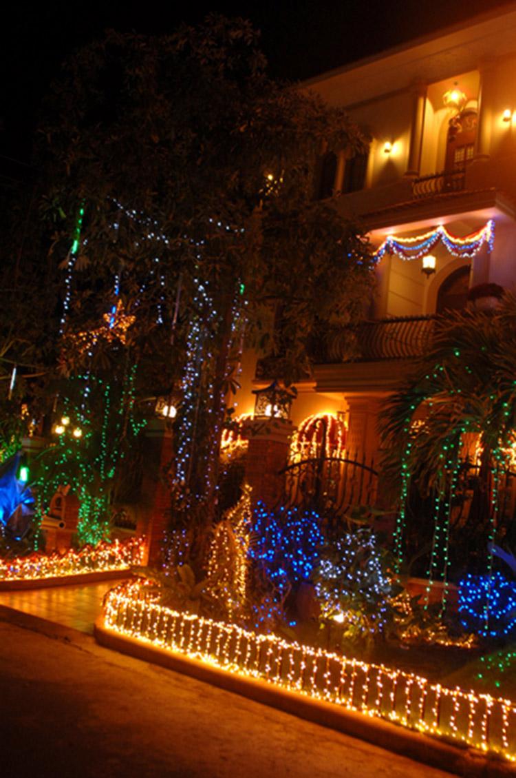 Cổng vào được trang trí bởi rất nhiều đèn