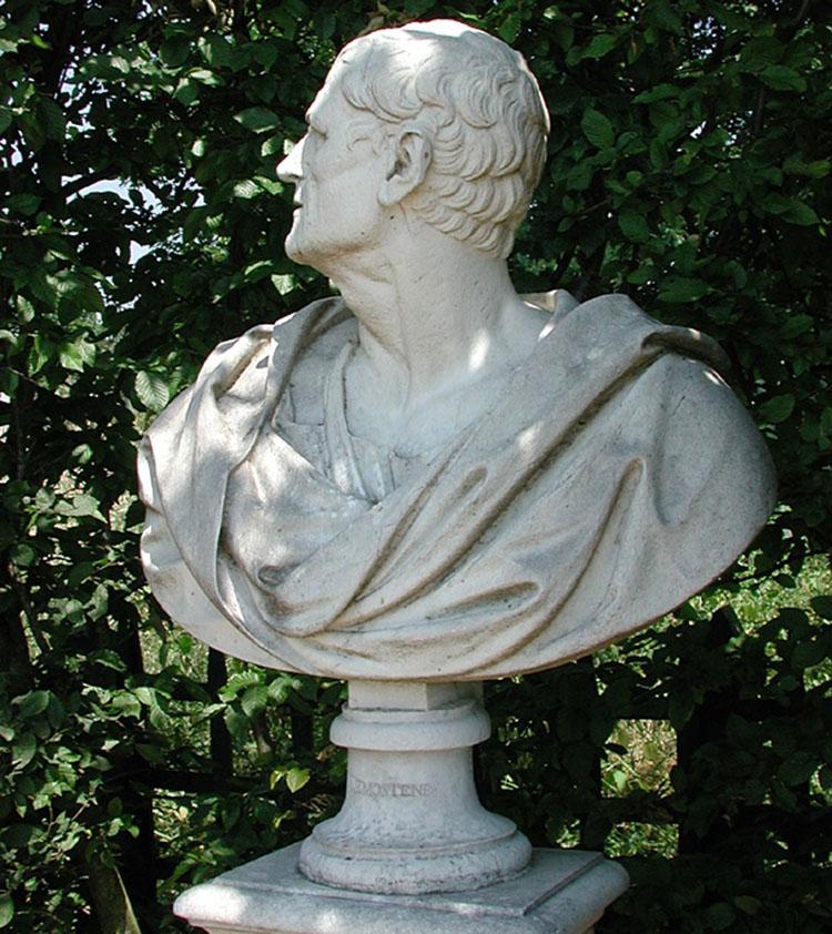 bức tượng trang trí trong vườn biệt thự